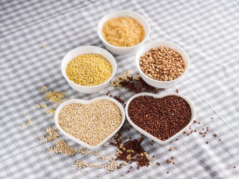 Gluten vrije korrels in kommen op keukenlijst stock afbeelding