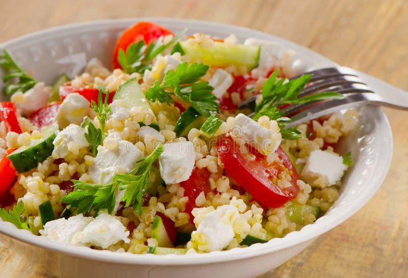 Gluten vrije plantaardige salade met feta-kaas stock foto