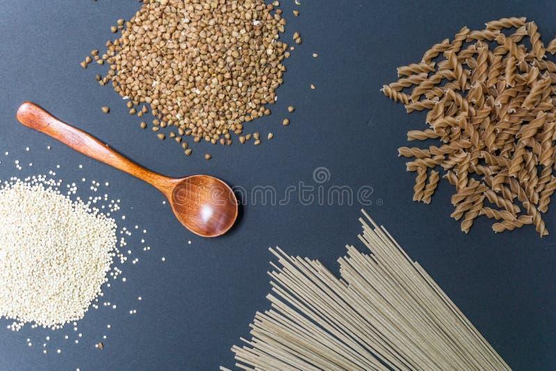 Gluten-vrije producten: gespeld boekweit, quinoa, einkorn polba, eincorn, emmer tarwedeegwaren en de bloemnoedels van het sobaboe stock foto's