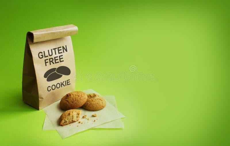 Glutenfreie Plätzchen in der Kraftpapier-Tasche Grüner Hintergrund lizenzfreie stockfotos