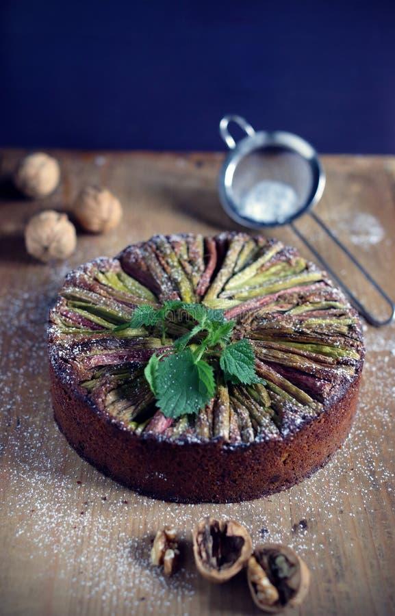 Glutenfreier Kuchen des Rhabarbers mit Hafermehl und Walnüssen, backendes foodie stockbild