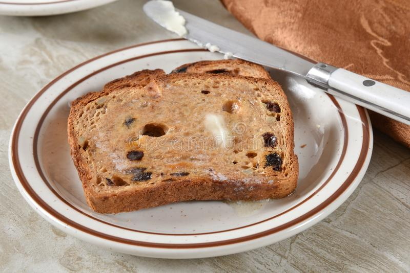 Glutenfreier Zimt-Rosinen-Toast lizenzfreie stockfotos