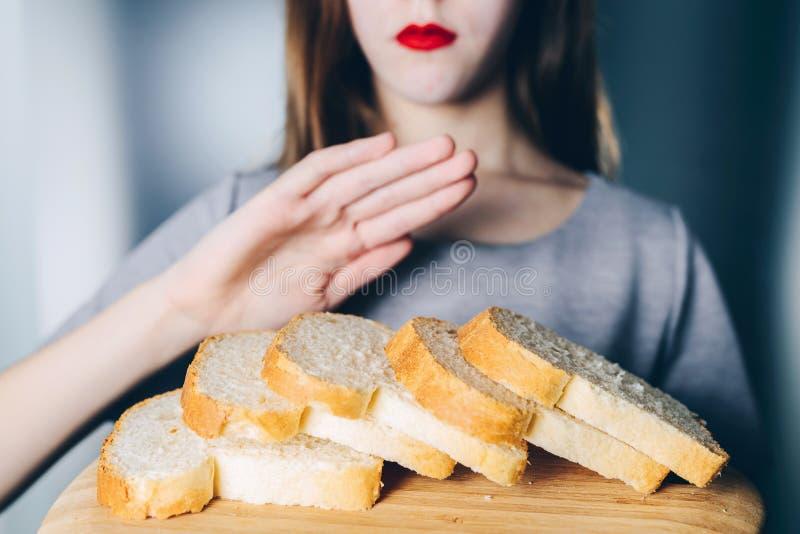 Glutenintolerans och bantar begrepp Unga flickan vägrar att äta w arkivfoto