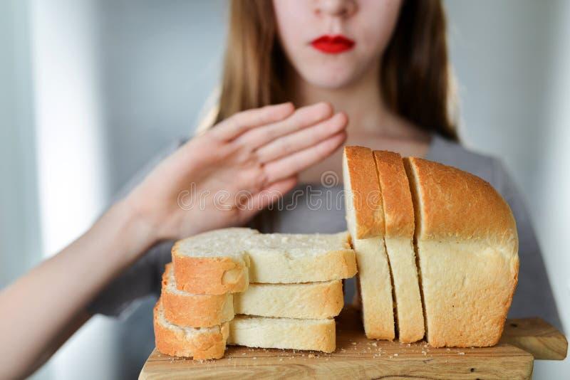 Glutenintolerans och bantar begrepp Unga flickan vägrar att äta w arkivbilder