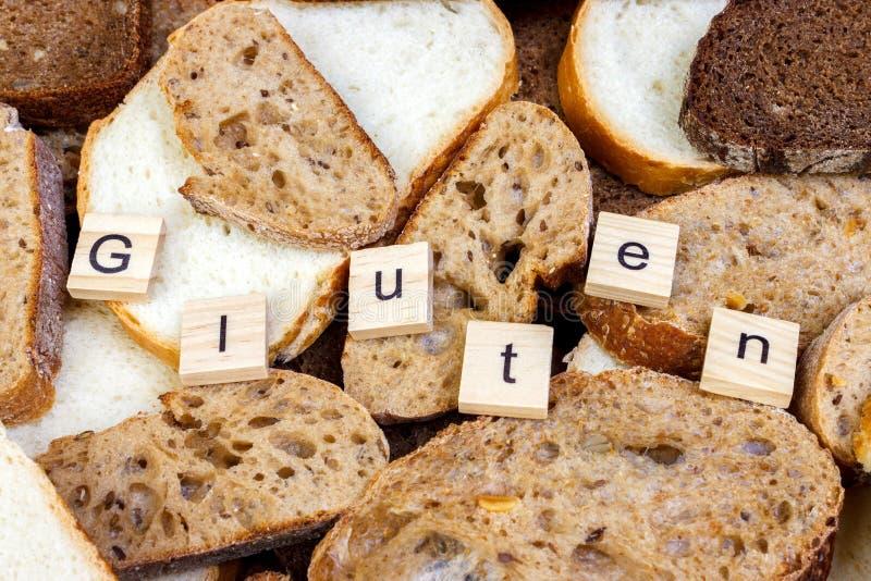 Glutentekst Gesneden brood op de bovenkant van lijst, gluten vrij concept Eigengemaakt gluten vrij brood voor mensen met allergie royalty-vrije stock foto's