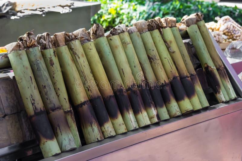 Glutineuze die rijst in bamboeverbindingen wordt geroosterd royalty-vrije stock fotografie