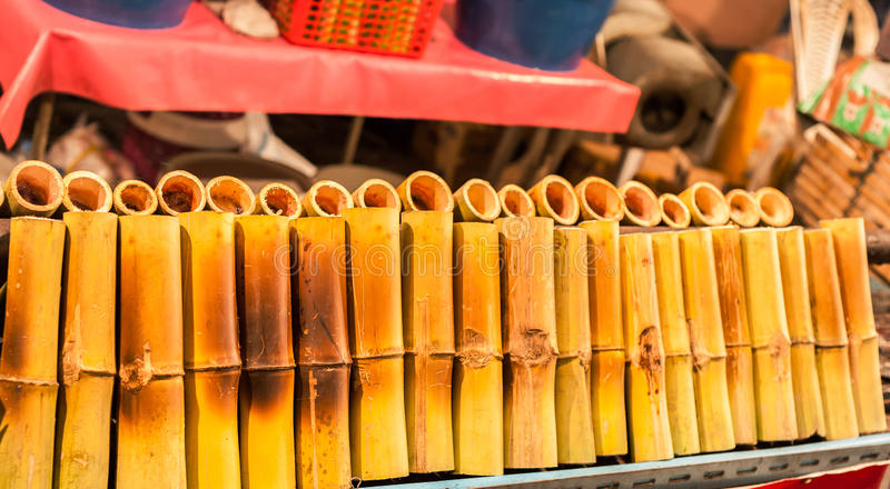 Glutineuze rijst die in bamboeverbindingen wordt geroosterd stock foto