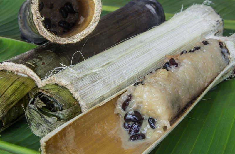 Glutineuze rijst die in bamboeverbindingen wordt geroosterd, Thais Voedsel. royalty-vrije stock afbeelding