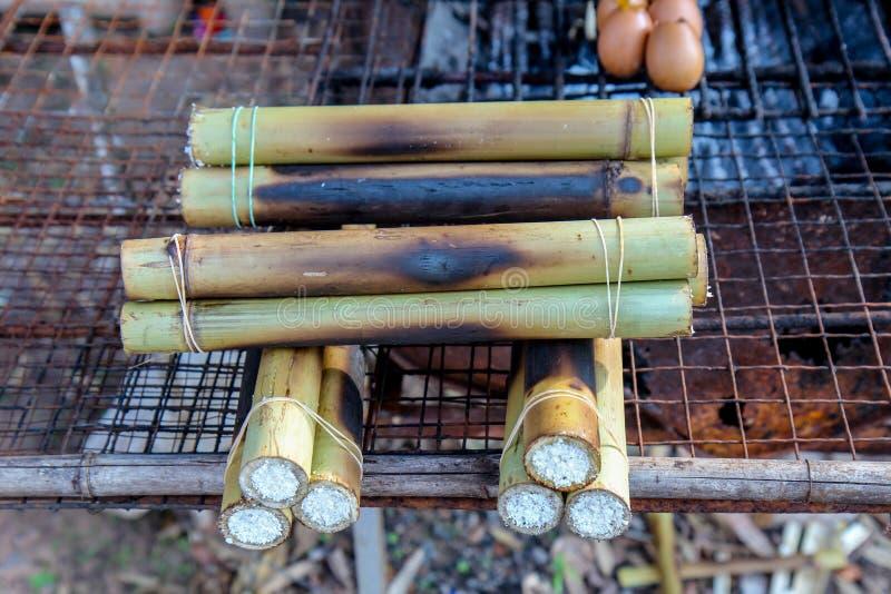Glutinous рис зажаренный в духовке в бамбуке стоковые фотографии rf
