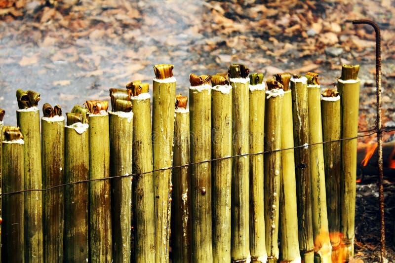 Glutinous рис зажаренный в духовке в бамбуковых соединениях стоковая фотография rf