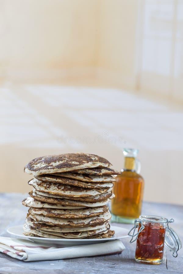 Glutten-fria pannkakor med driftstopp och lönnsirap, ingredienser, bakgrund royaltyfri bild