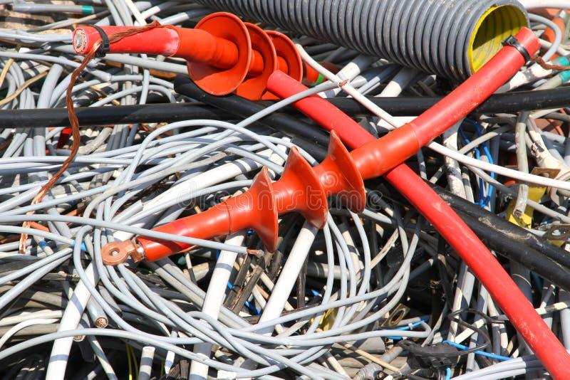 Gmatwanina elektryczni kable groszak w wysypisku obraz royalty free