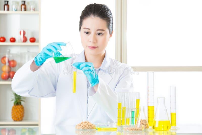 Gmo de onderzoekers die van de voedselchemie de verschuiving van de indicatorkleur waarnemen royalty-vrije stock foto