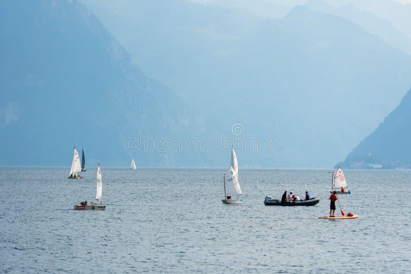 GMUNDEN, AUSTRIA, - 3 AGOSTO 2018: Paesaggio del lago dell'acqua blu con gli stivali Traunsee Fondo della montagna fotografia stock