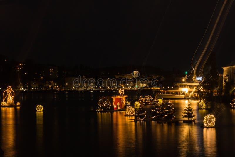 Gmunden, Komst, Schloss, Kerstmismarkt op meertraunsee stock foto's