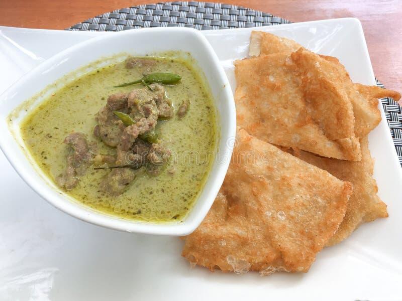 Gnälla grön curry med frasig roti arkivfoton