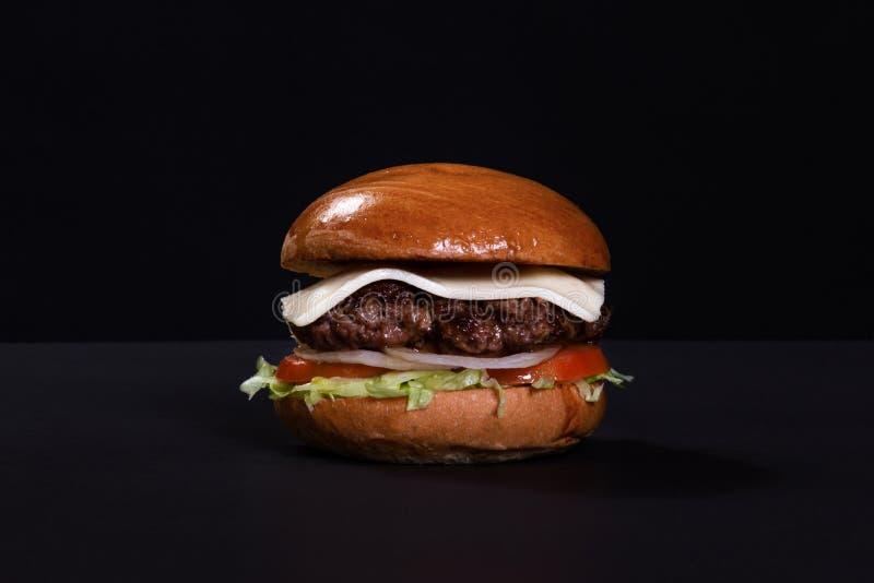 Gnälla hamburgaren med ost, grönsallat och potatisar royaltyfri bild