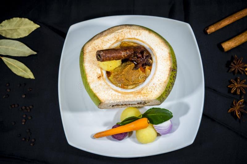 Gnälla Indien curry i kokosnöten, thailändsk kokkonst fotografering för bildbyråer