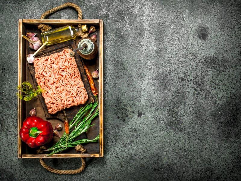 Gnälla köttfärs med kryddor och örter på ett gammalt magasin royaltyfri bild