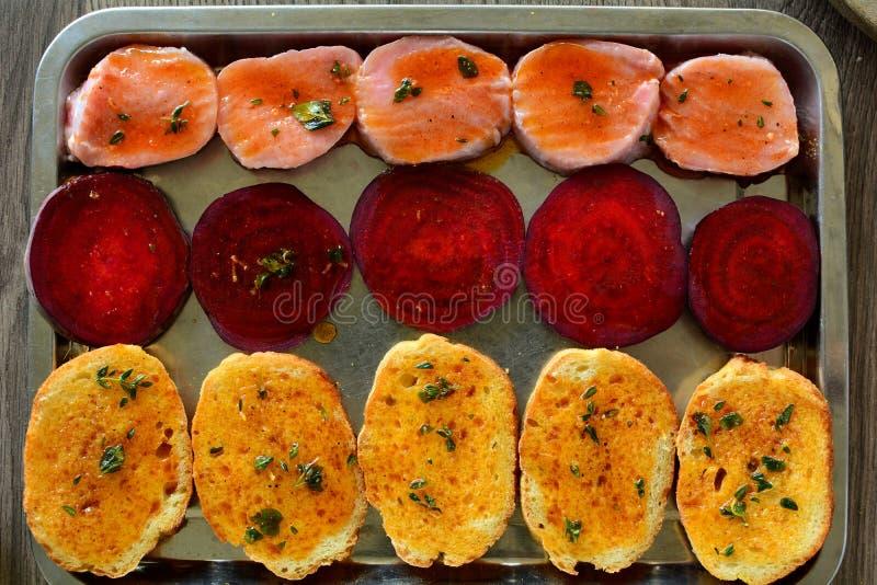 Gnälla medaljongsmörgåsar med grillade beta, Arugula och breda smör på att överträffa - den hela receptförberedelsen arkivbilder