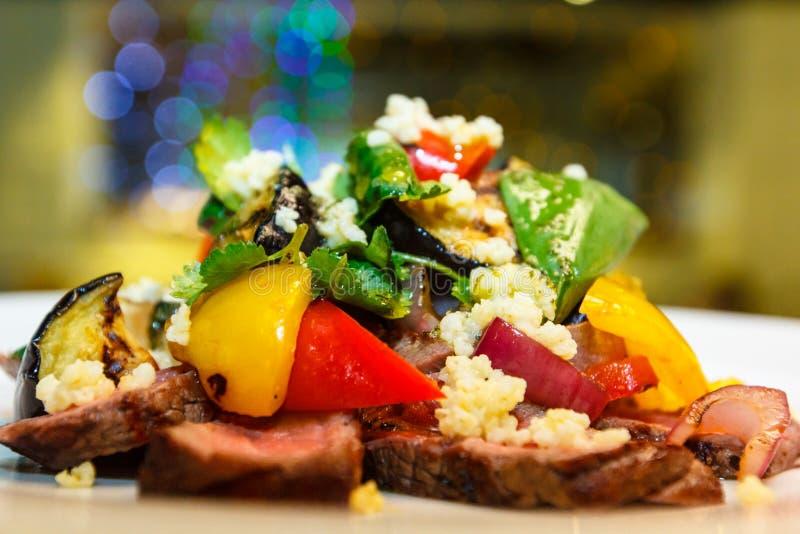Gnälla salladsteknötkött, grillade söta peppar, quinoaen, aubergine arkivbild