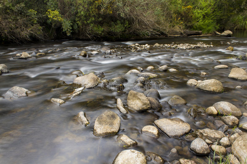 Gnanie gwałtowni i rzeka obrazy stock