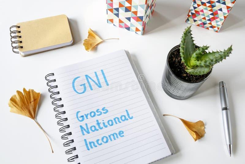 GNI agrègent le revenu national écrit dans un carnet photos stock