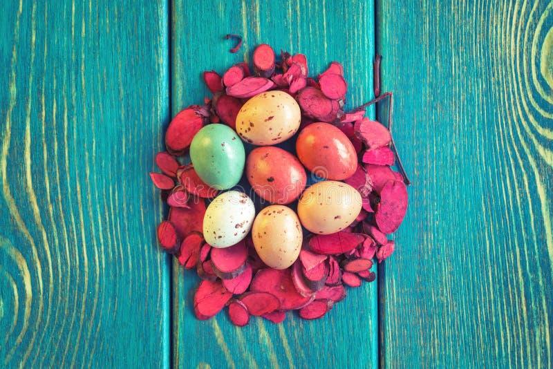 Gniazdeczko czekoladowi przepiórek jajka zdjęcie royalty free