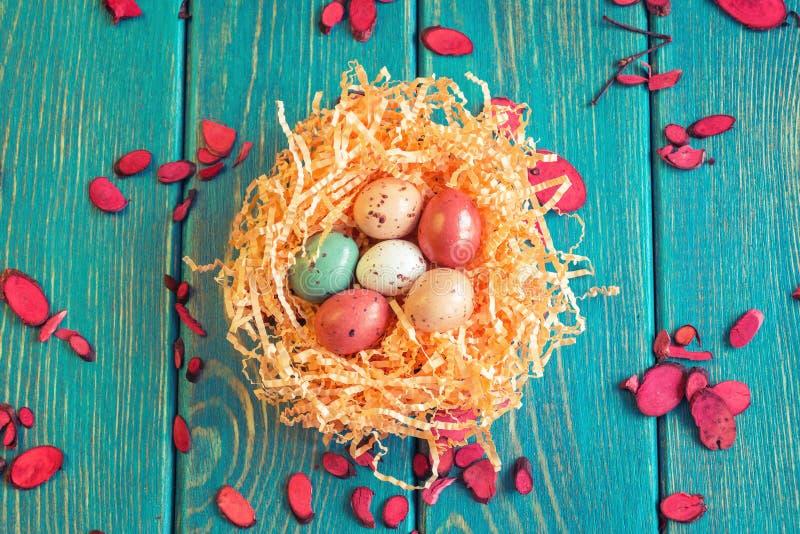 Gniazdeczko czekoladowi przepiórek jajka zdjęcia stock
