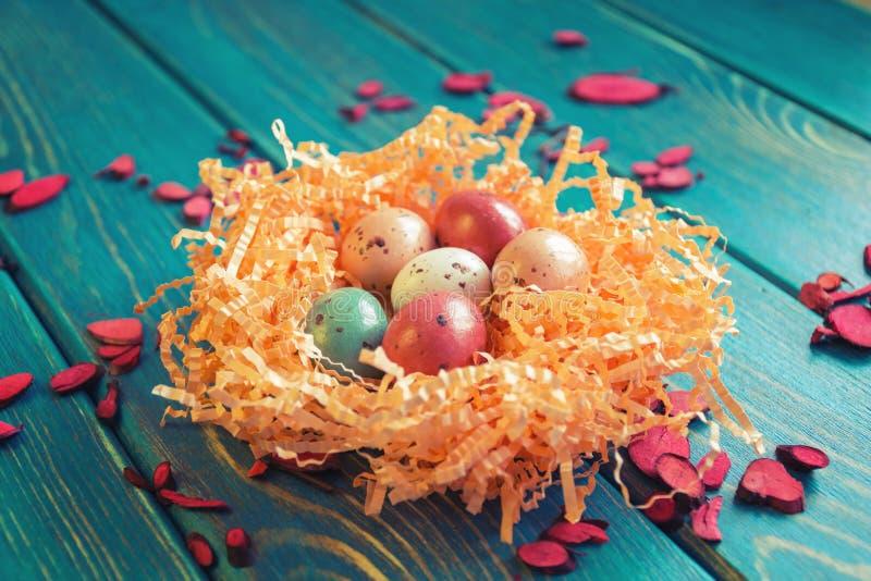 Gniazdeczko czekoladowi przepiórek jajka fotografia stock