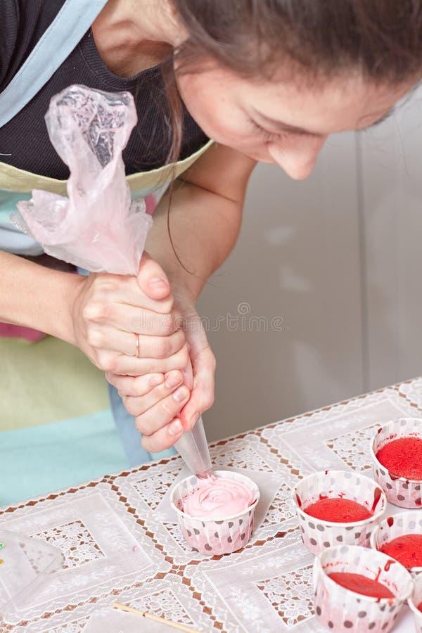 Gniesie kremowego plombowanie na babeczce zdjęcie royalty free