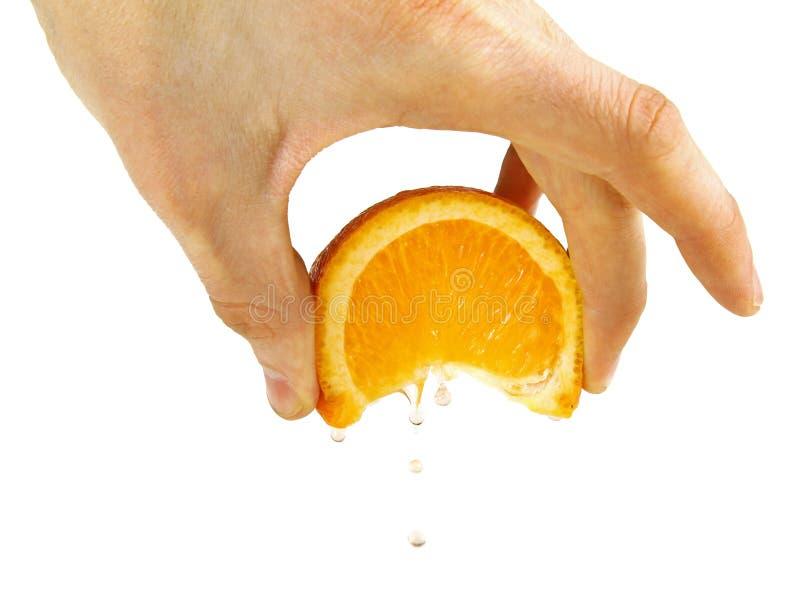 Gniesie pomarańcze w ręce, odosobnionej na bielu fotografia royalty free
