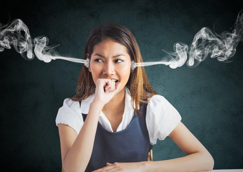 gniewa młodej kobiety z kontrparą na ucho i ręce na usta czarna tła grey ilustracji