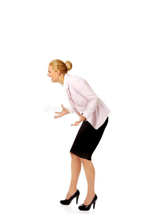 Gniewna i wściekła biznesowa kobieta krzyczy dla someone zdjęcie stock