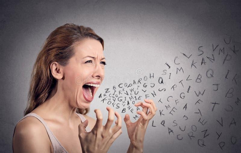 Gniewna kobieta krzyczy, abecadło pisze list przybycie z usta zdjęcie royalty free