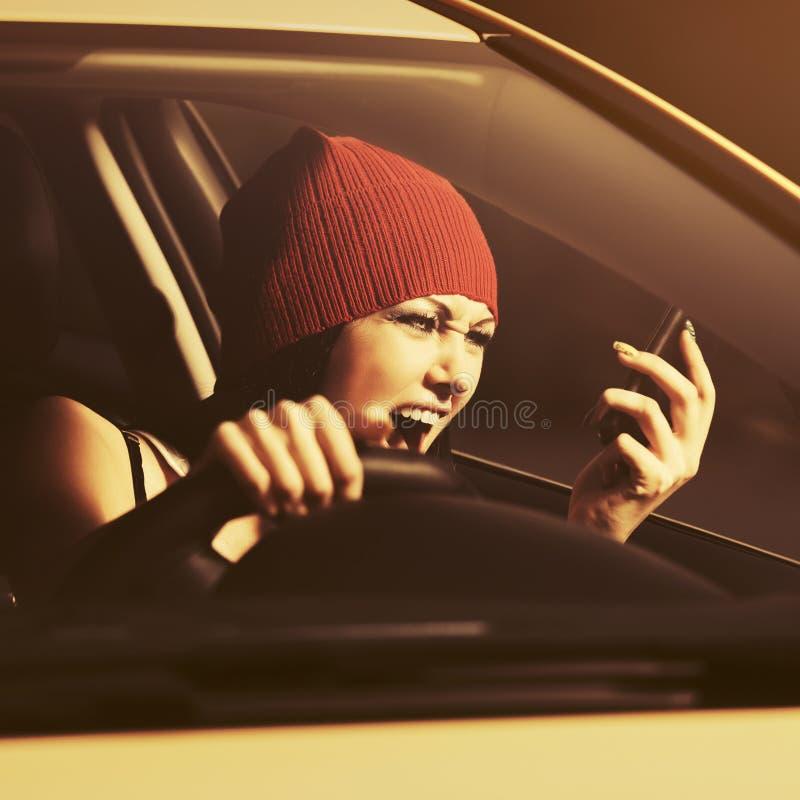 Gniewna kobieta krzyczy na telefonie komórkowym jedzie samochód zdjęcie royalty free