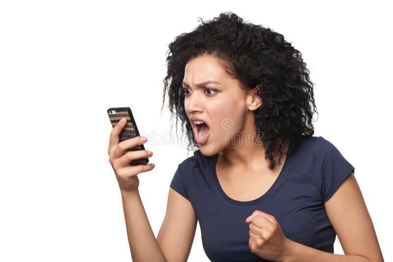Gniewna kobieta krzyczy w telefonie komórkowym zdjęcia royalty free