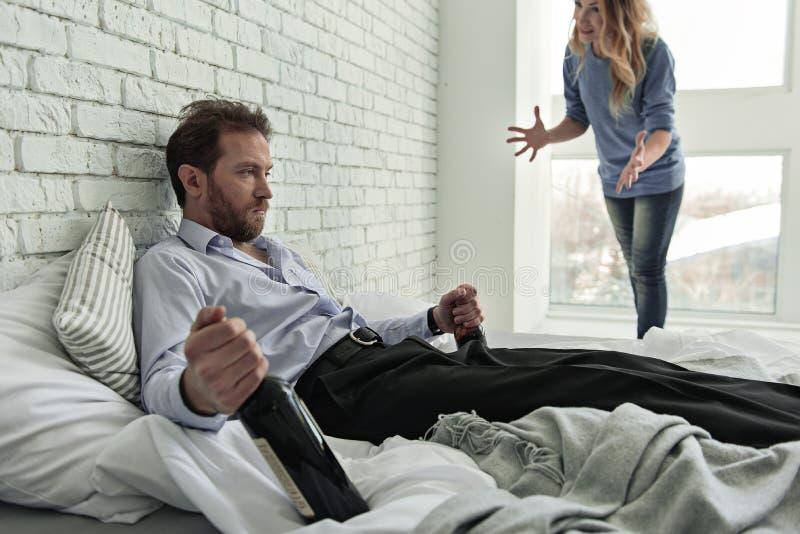 Gniewna kobieta mówi mąż obraz royalty free
