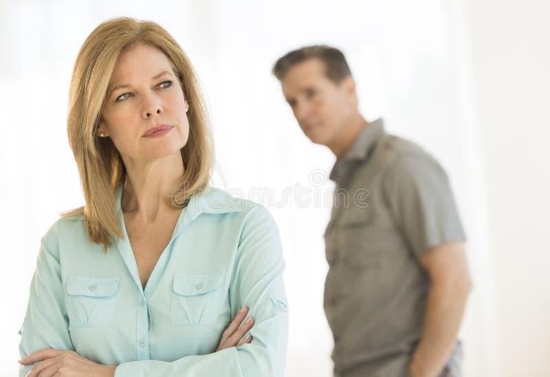 Gniewna kobieta Patrzeje Daleko od Z mężczyzna W tle W Domu obrazy royalty free