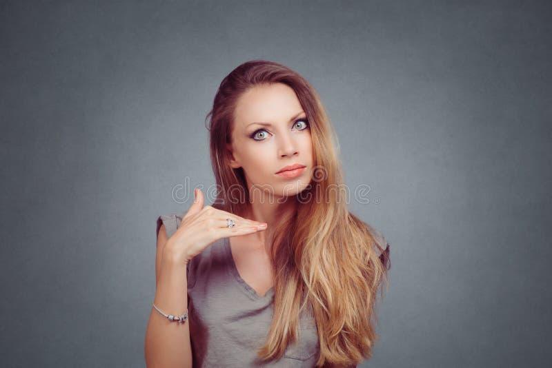 Gniewna kobieta pokazuje cięciu mnie za przerwie ja ręka gest zdjęcie royalty free