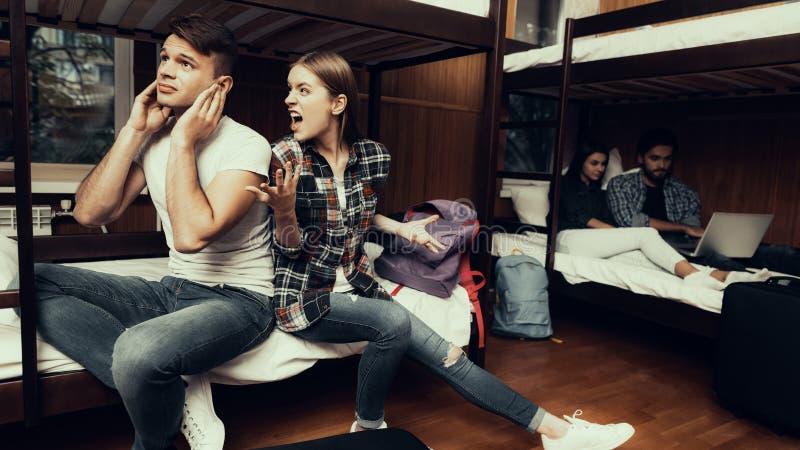 Gniewna kobieta siedzi na łóżkowym i krzyczeć przy mężczyzną zdjęcie royalty free