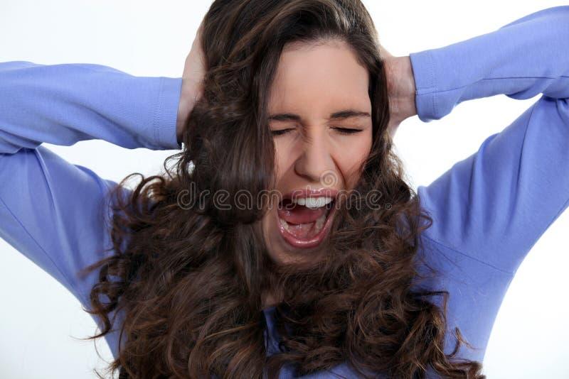 Gniewna kobieta z kędzierzawym włosy zdjęcie royalty free