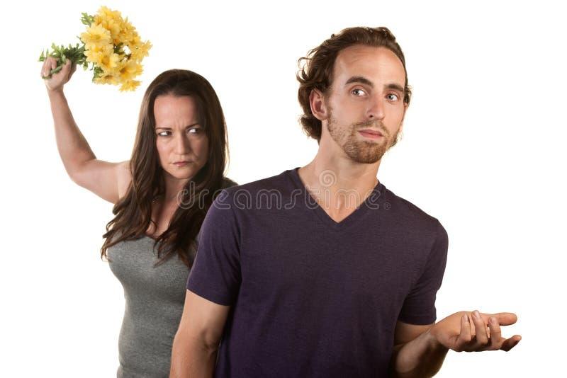 Gniewna Kobieta z Kwiatami i Naiwnym Mężczyzna zdjęcie stock