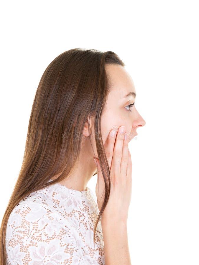 Gniewna młoda kobieta krzyczy w profilu w białym tle obrazy stock