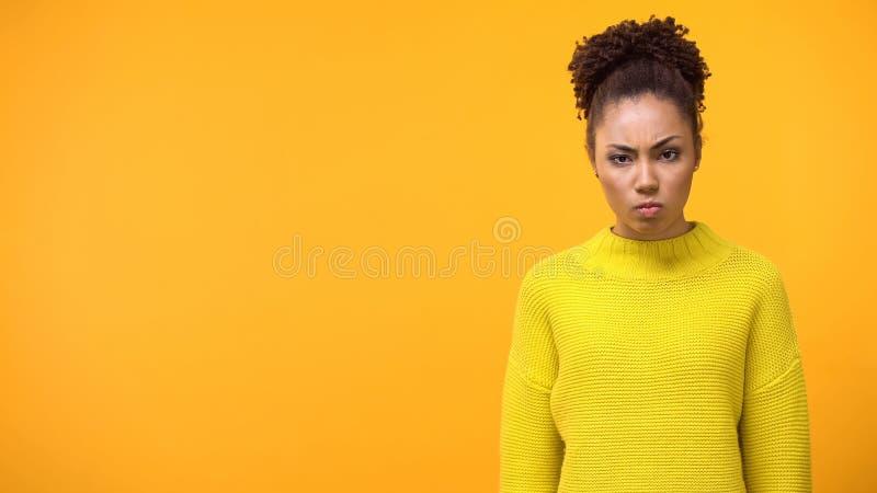 Gniewna młoda kobieta na jaskrawym tle, negatywny wyrażenie, rozczarowanie zdjęcie stock