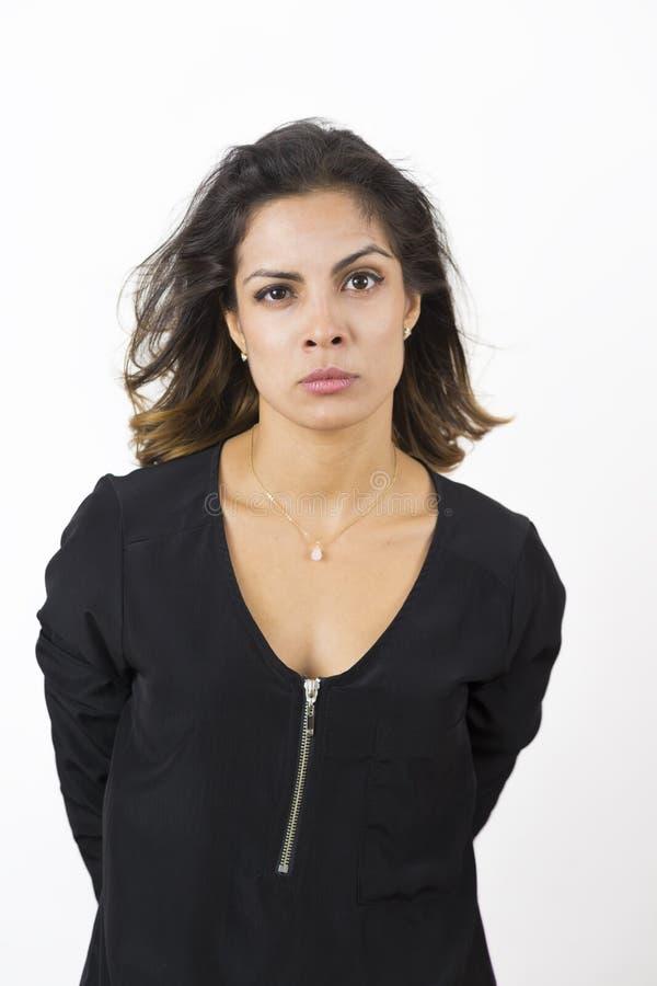 Gniewna młoda kobieta Nad Białym tłem zdjęcia royalty free
