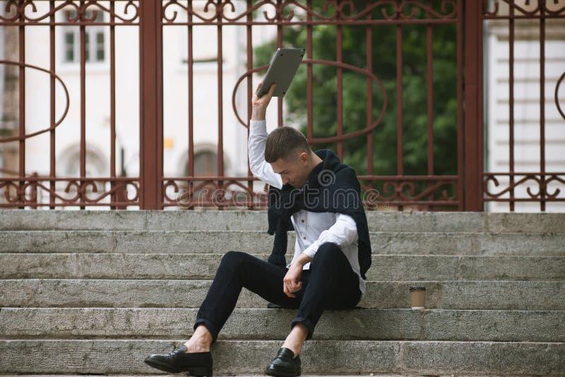 Gniewna młoda samiec problem prac biurowi ludzie fotografia stock