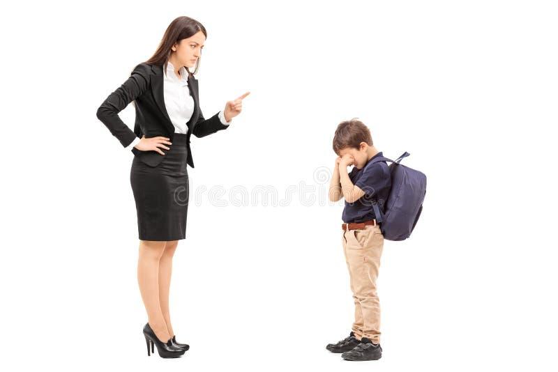 Gniewna matka dyscyplinuje jej syna zdjęcie royalty free