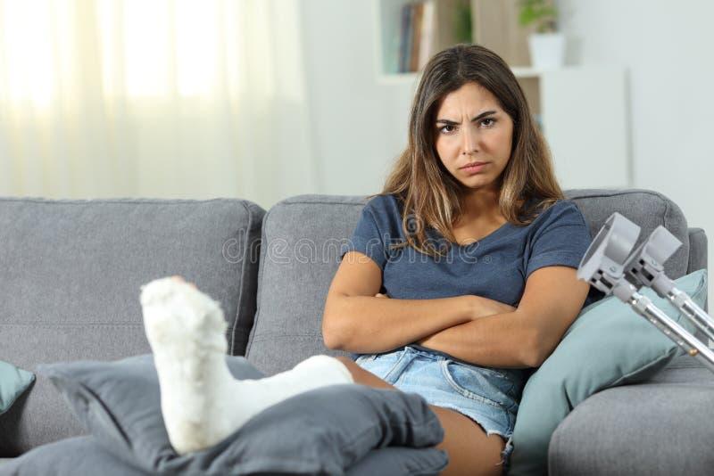 Gniewna niepełnosprawna kobieta patrzeje kamerę w domu obraz royalty free