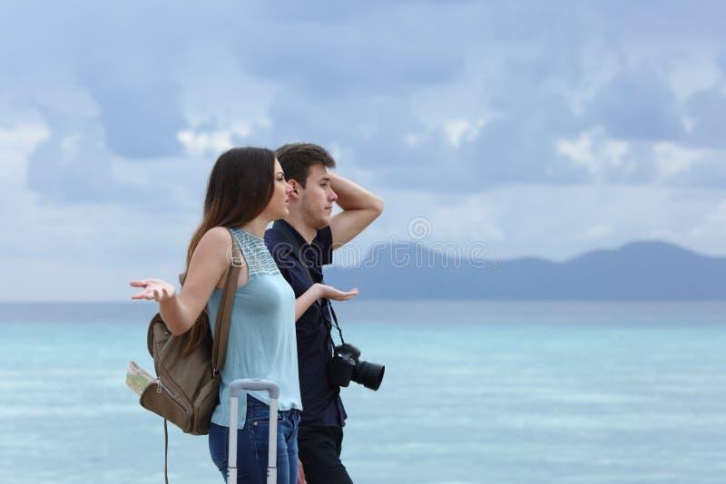 Gniewna para narzeka na chmurnym wakacje zdjęcia royalty free